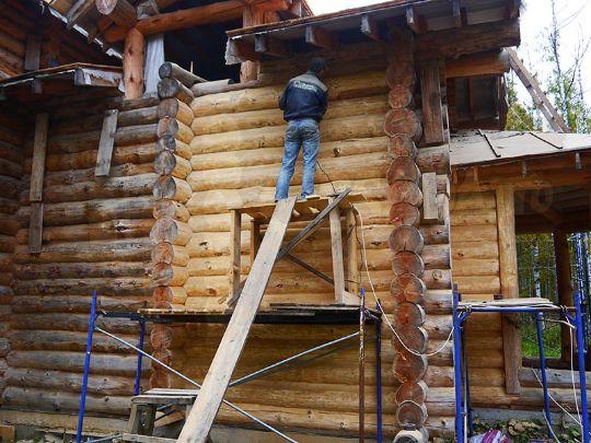 Для шлифовки стен сруба из бревна ручной рубки, строганного электро рубанком, понадобиться обычная болгарка