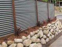 забор с камнем