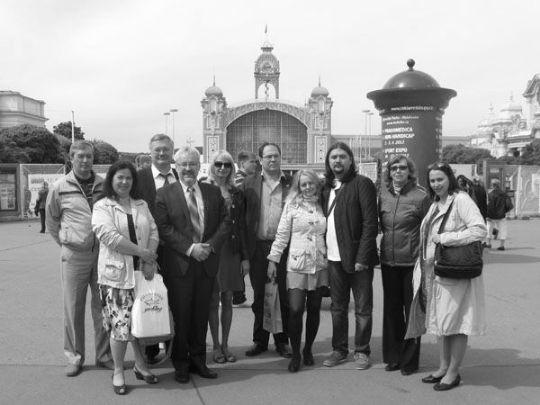 Выпускники и руководители наших литературных курсов в составе делегации Интернационального Союза писателей на Пражской книжной выставке на фоне здания, где она проходила, 2012 г.