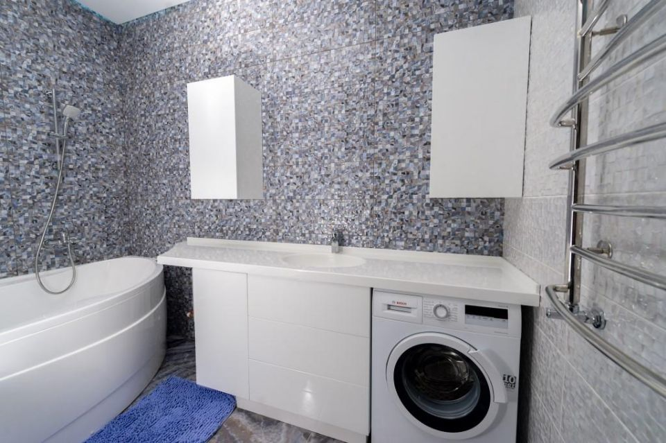 Столешница в ванную комнату с интегрированной раковиной.