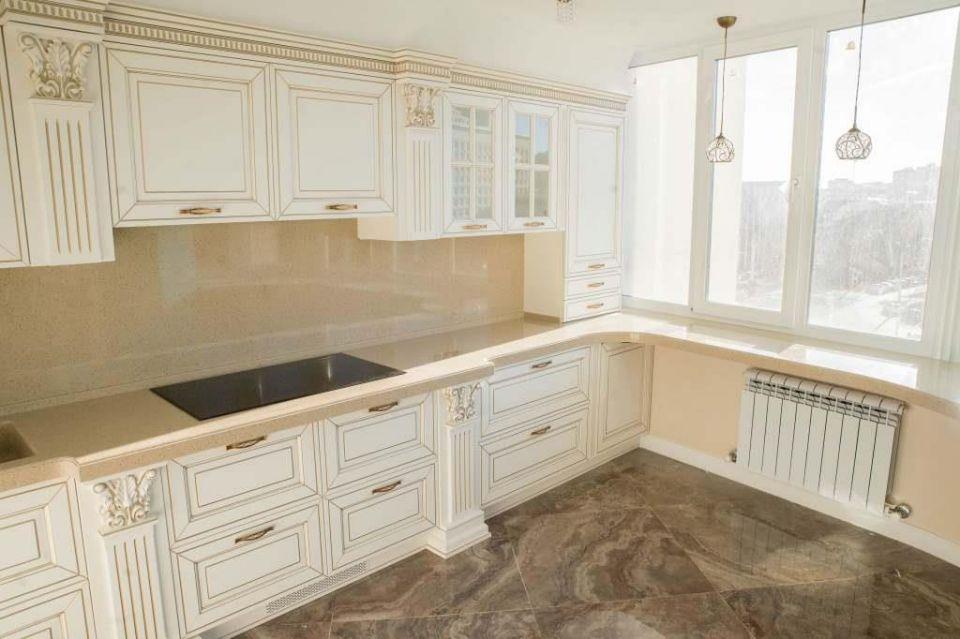 Столешница на кухню, переходящая в подоконник и стеновая панель
