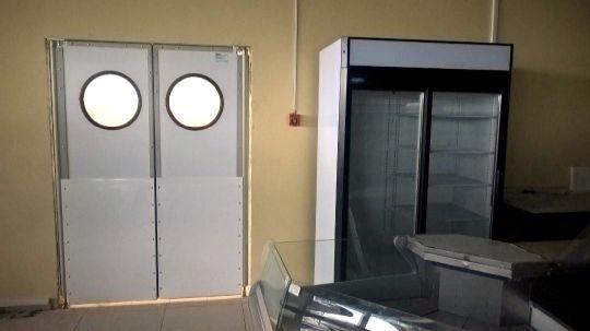 жесткие маятниковые двери с круглым окном