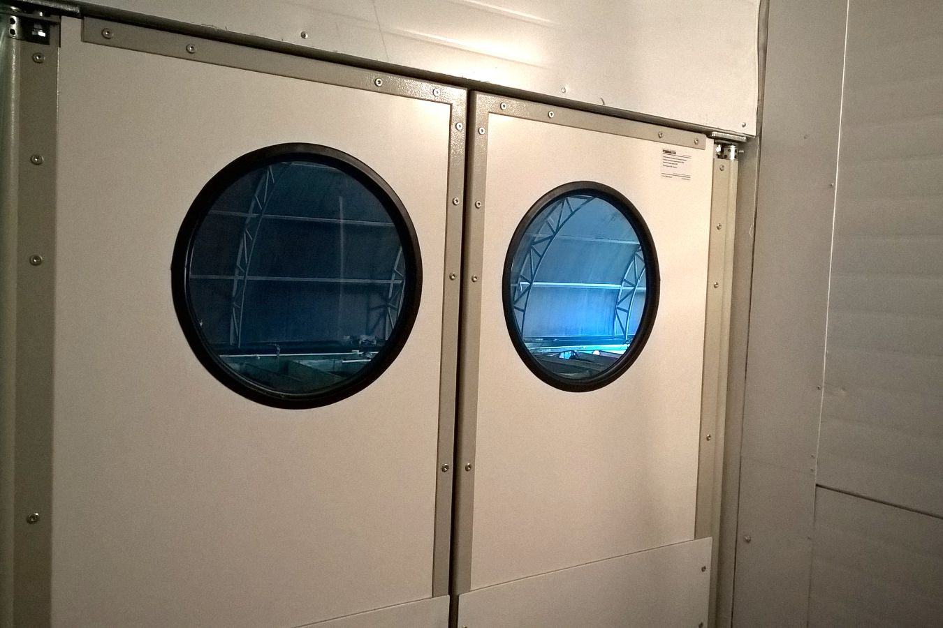 двери с круглыми окнами