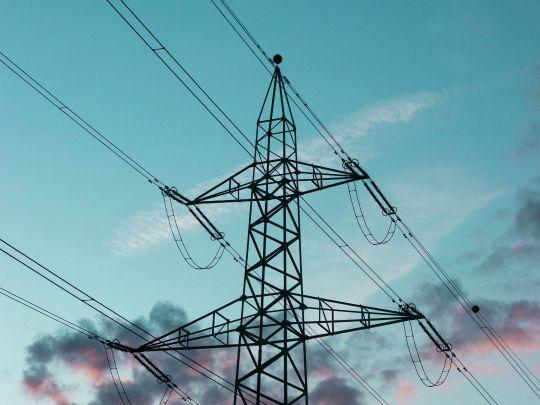 Каким образом электроэнергия, производимая на электростанции, доходит до своего конечного потребителя