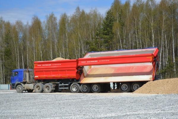 <p>100-тонный автопоезд ТОНАР. С общим объемом кузовов 63,8 куб.м.</p>