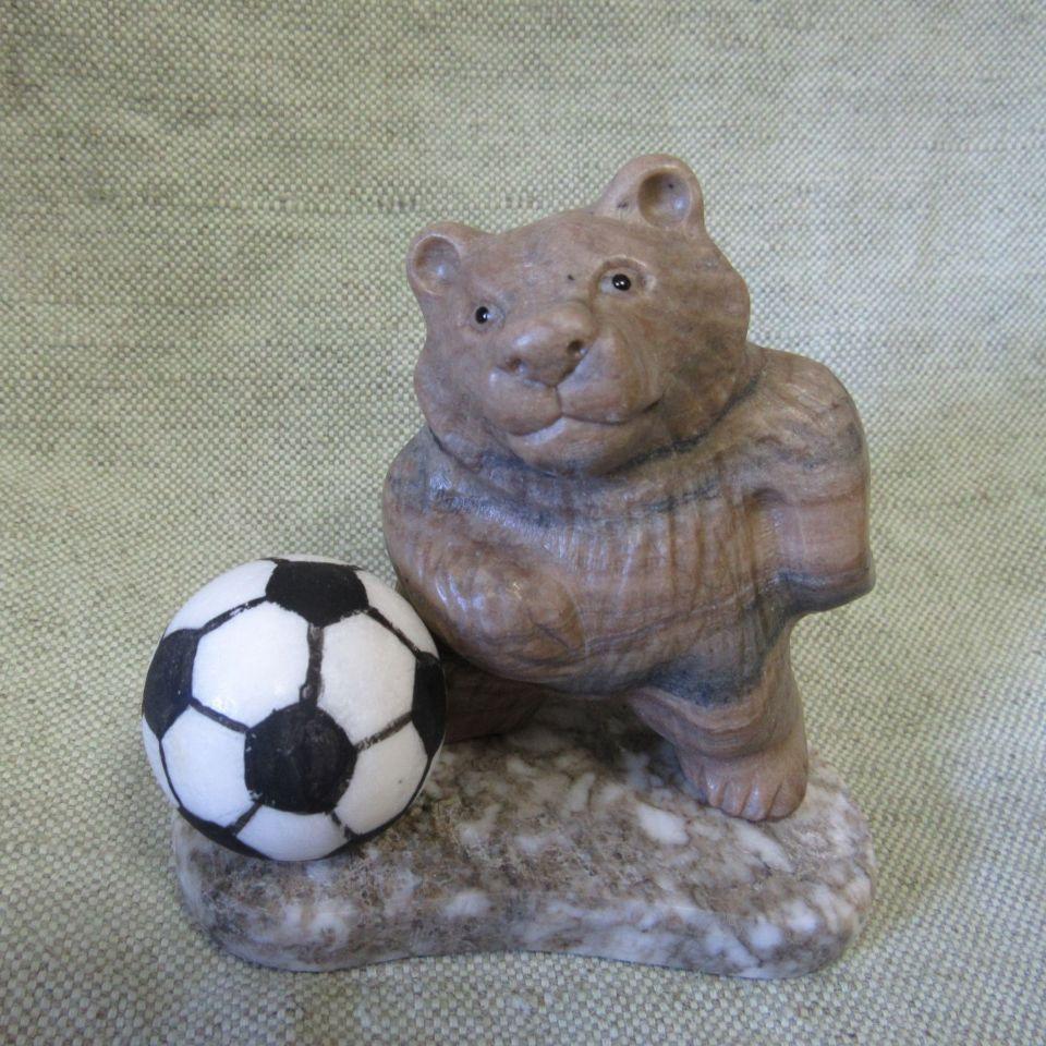 Скульптура Медведь с мячом камень кальцит, ангидрит