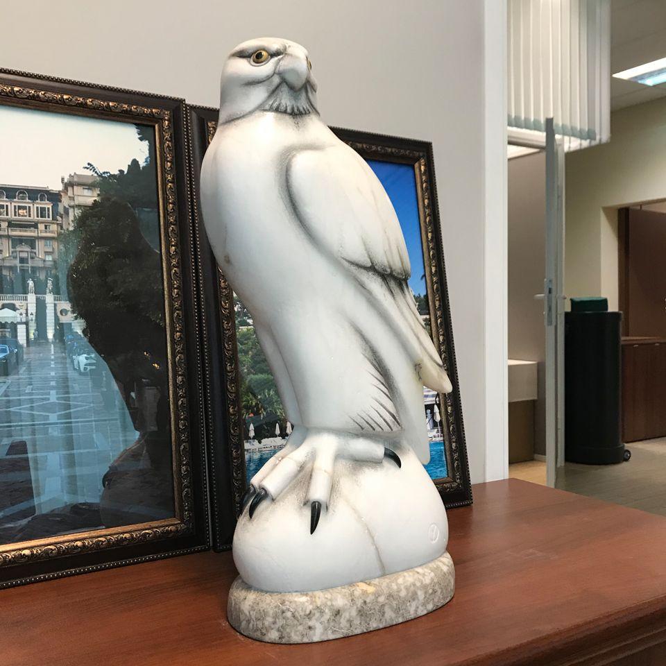 Скульптура Сокол большой камень ангидрит