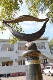 """Клиника """"Гирудок"""". Памятник пиявке крупно.<br>"""