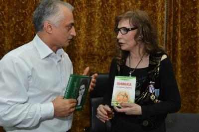 """Клиника """"Гирудок"""". Доктор Вартанов с Джуной.<br>"""