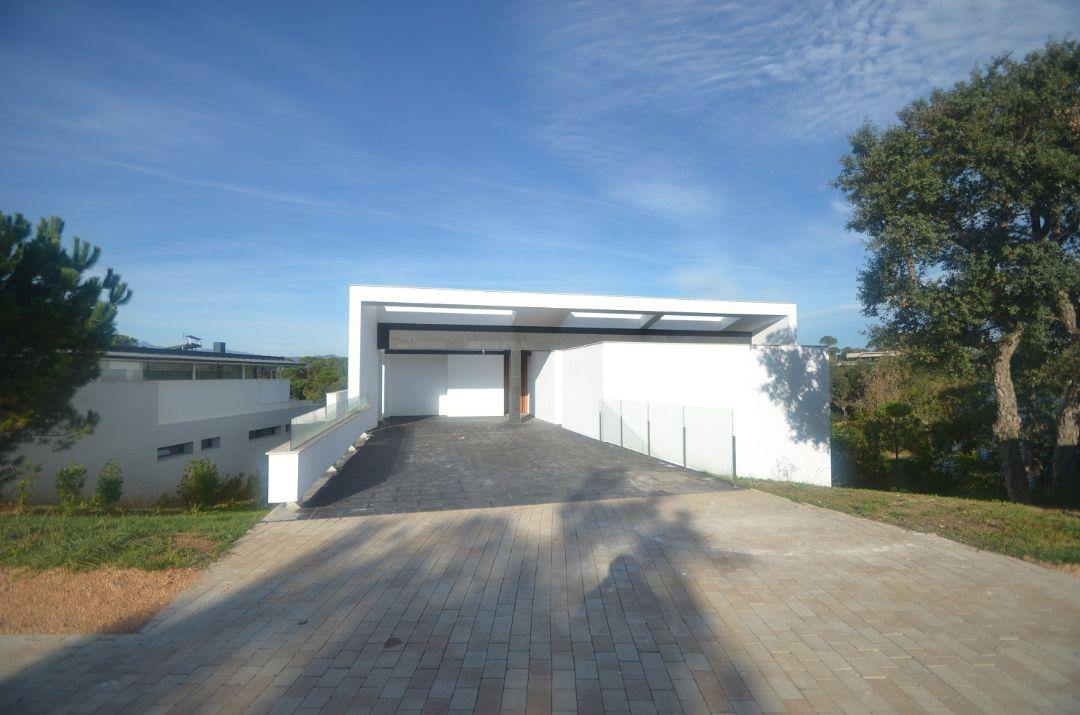 Въезд в паркингВилла Ла Сельва 7 гольф-клуб PGA Catalunya Resort, Каталония - Продажа - Недвижимость Испании