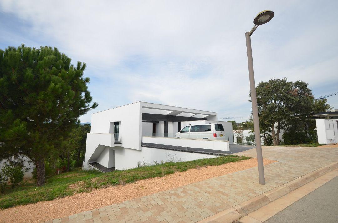 Вид с улицыВилла Ла Сельва 7 гольф-клуб PGA Catalunya Resort, Каталония - Продажа - Недвижимость Испании