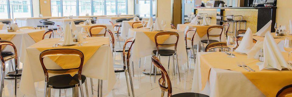 В меню шведского стола представлены блюда российской, европейской и международной кухни.