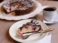 Кусок творожного пирога с черникой