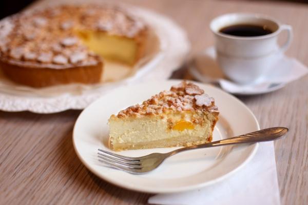 Творожный пирог с персиком