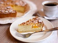 Кусок творожного пирога с персиком