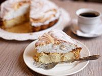 Кусок яблочно-творожного пирога с безе