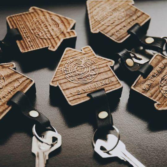 Подарки для мужчин: брендированные брелоки из дерева