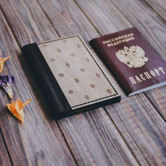 Обложка на паспорт из дерева и кожи