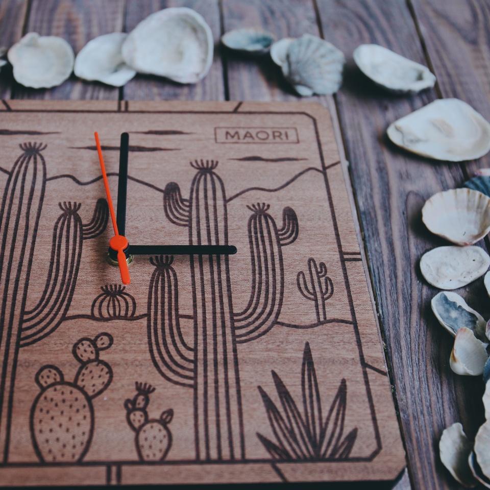 Настенные часы из дерева с гравировкой