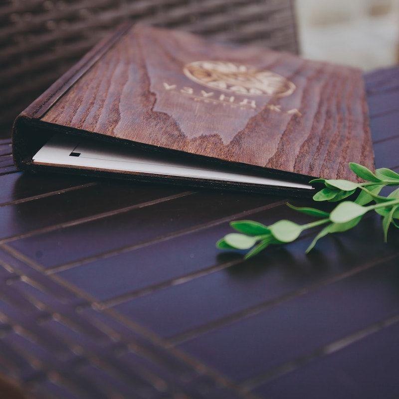Брендирование: папка для меню из дерева