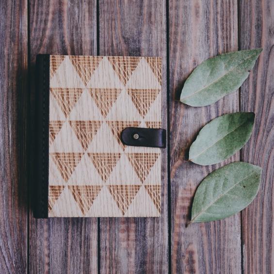 Новогодние подарки: блокнот Delta из дерева и кожи