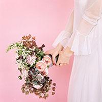 Букет свободной формы с использованием проволочной техники и горяченных растений. Flowerschool.online