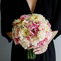 Круглый букет невесты с элементами тейпирования. Flowerschool.online