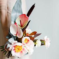 Графичный букет невесты с окрашенными листьями. Flowerschool.online