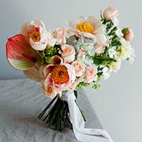 Букет невесты в форме галочки или сердца. Flowerschool.online