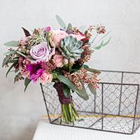 Круглый букет из цветов с мягким стеблем. Flowerschool.online
