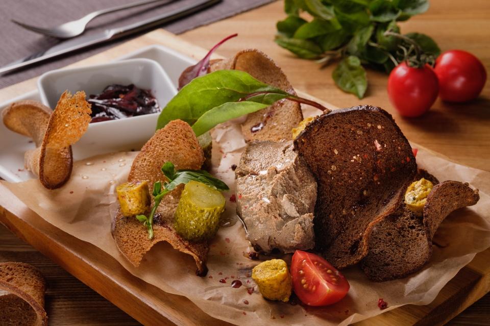Паштет из печени индейки с луковым конфитюром и ржаными чипсами