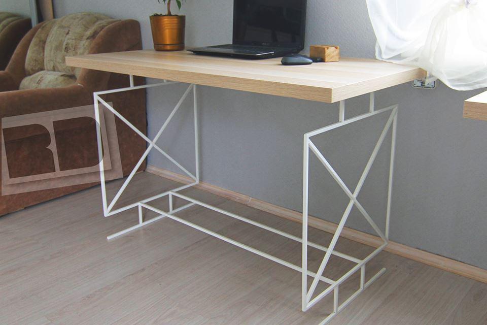 Рабочий стол с основанием из металла