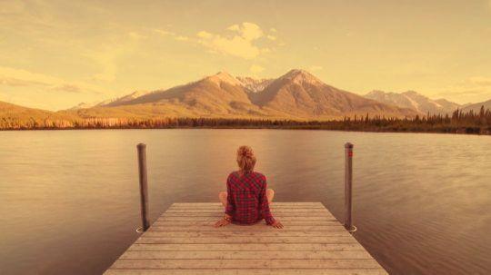 одинокая девушка на берегу озера