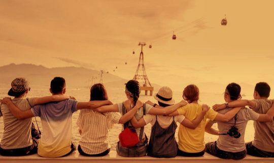 друзья обнялись за плечи на берегу
