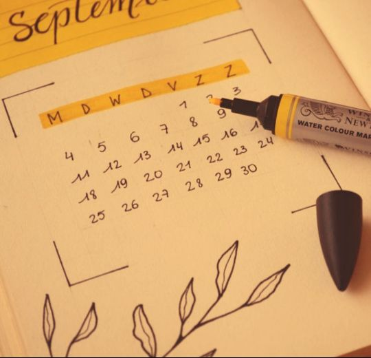 календарь с фломастером на столе