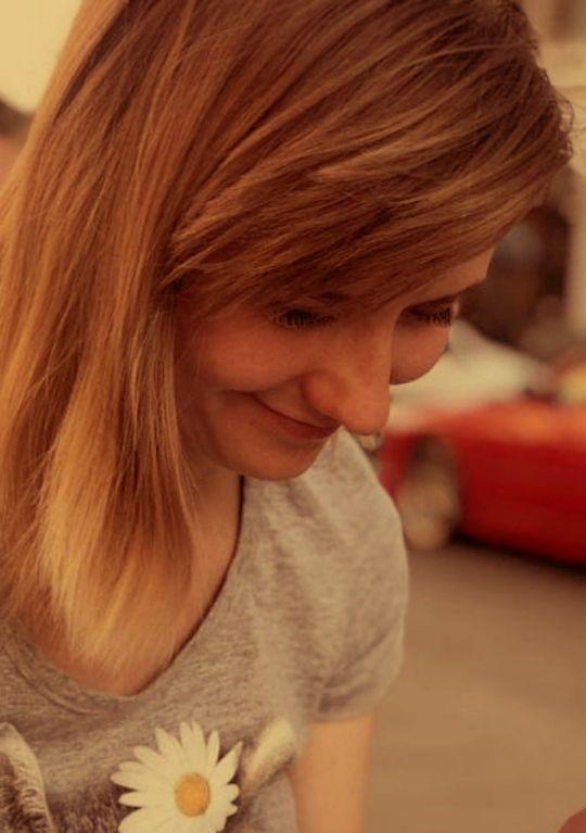 девушка с улыбкой и ромашкой на футболке
