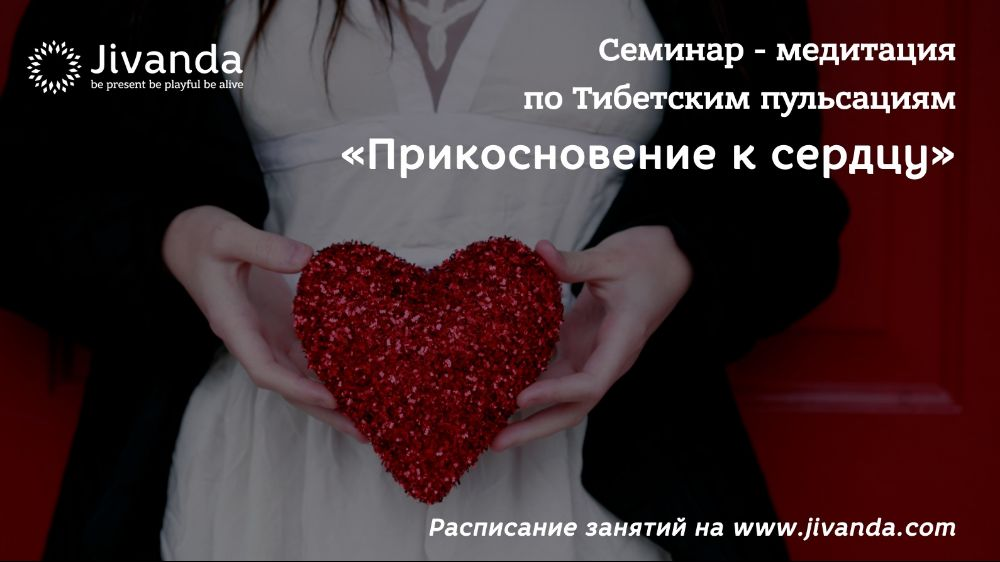 Девушка держит сердце в руках