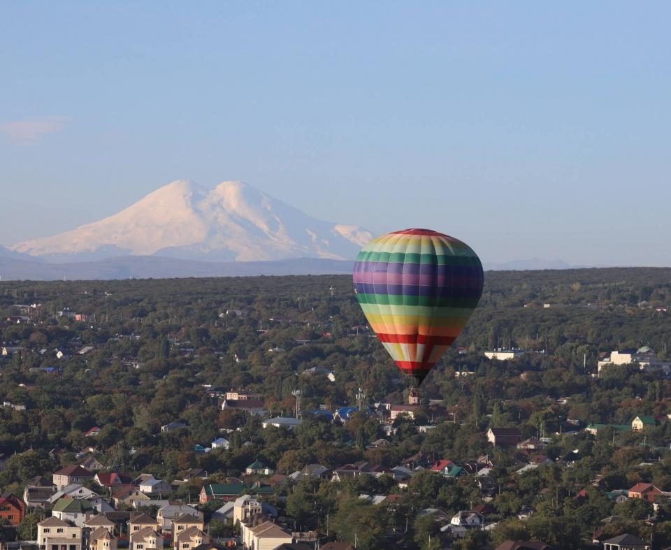 Воздушный шар с корзиной КМВ Ставрополь на фоне Эльбруса