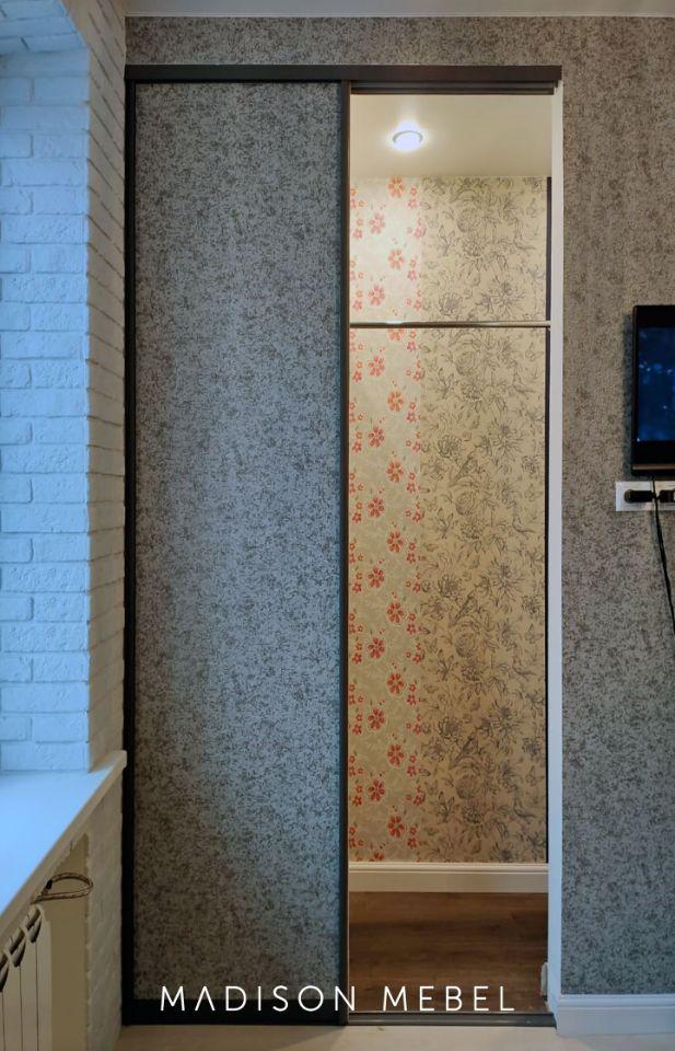 Шкаф-купе со вставками под цвет стен