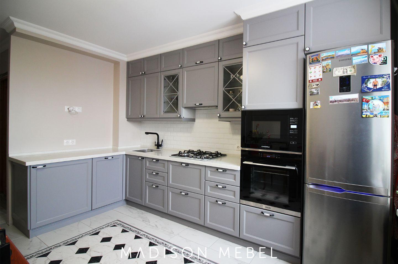 серая кухня с белой столешницей