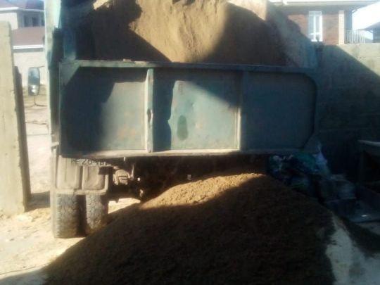 разгрузка серого песка