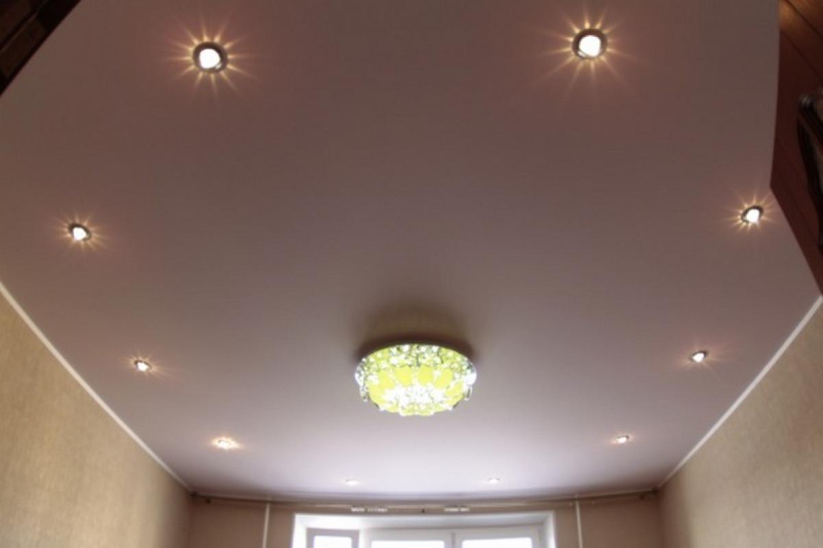 Цветной матовый натяжной потолок в интерьере комнаты презентация каталога фактур
