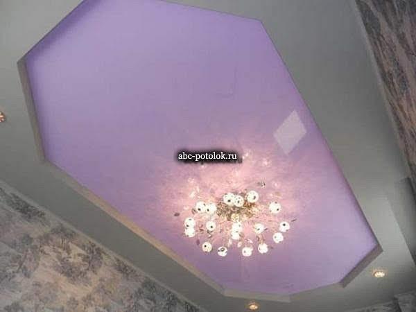 Цветной сиреневы двухуровневый натяжной потолок установлен в детской комнате в Выборгском районе города Санкт-Петербург. Сиреневый глянцевый натяжной потолок в центре с люстрой установленной на потолочном креплении, по периметру комнаты серый матовый натяжной потолок и встроенные в короб периметра детской светодиодные светильники GX 53. На фото потолок который произвела компания ABC-POTOLOK с установкой в СПб и в Ленинградской области