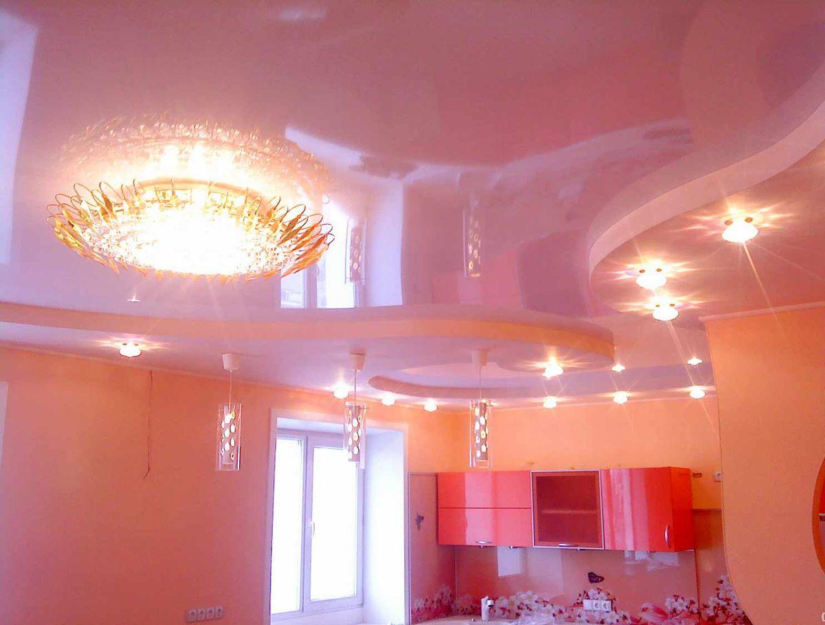 Розовый глянцевый натяжной потолок в интерьере комнаты лак цветной каталог