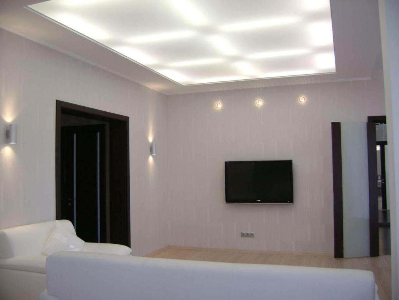 Свет пропускаемые тканевые натяжные потолки Клипсо в гостинной комнате таунхауса в Санкт-Петербурге, этот потолок светится как люстра, светодиодная лента цветная и управляется с пульта