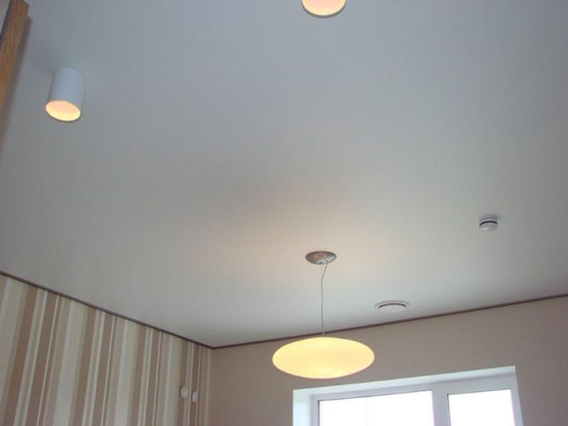Белый матовый натяжной потолок в интерьере комнаты