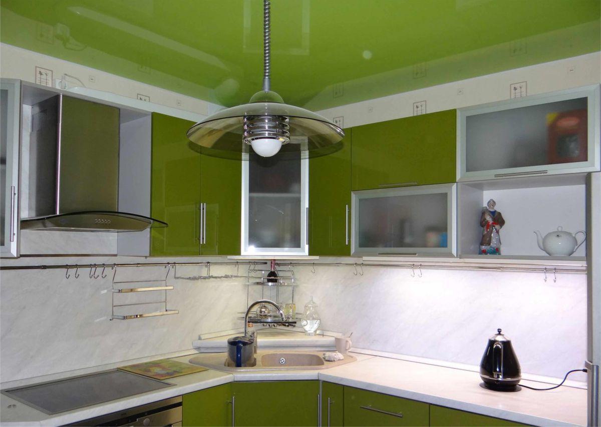 Светло зеленый натяжной потолок глянцевой фактуры в интерьере кухни