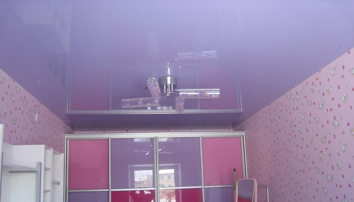 Светло сиреневый натяжной потолок глянцевый в детской комнате