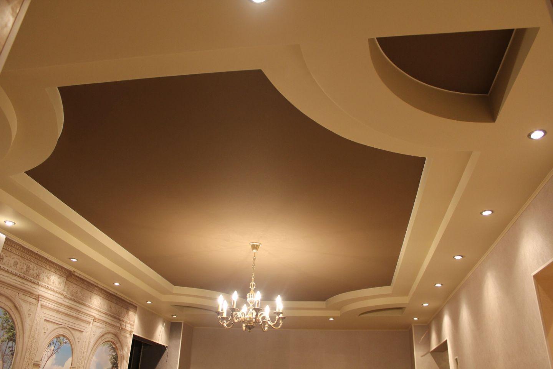 Клипсо цветной в интерьере гостинной комнаты в коттедже Санкт-Петербурга, потолок двухуровневый с люстрой и светодиодной нишей по периметру тканевого потолка Clipso