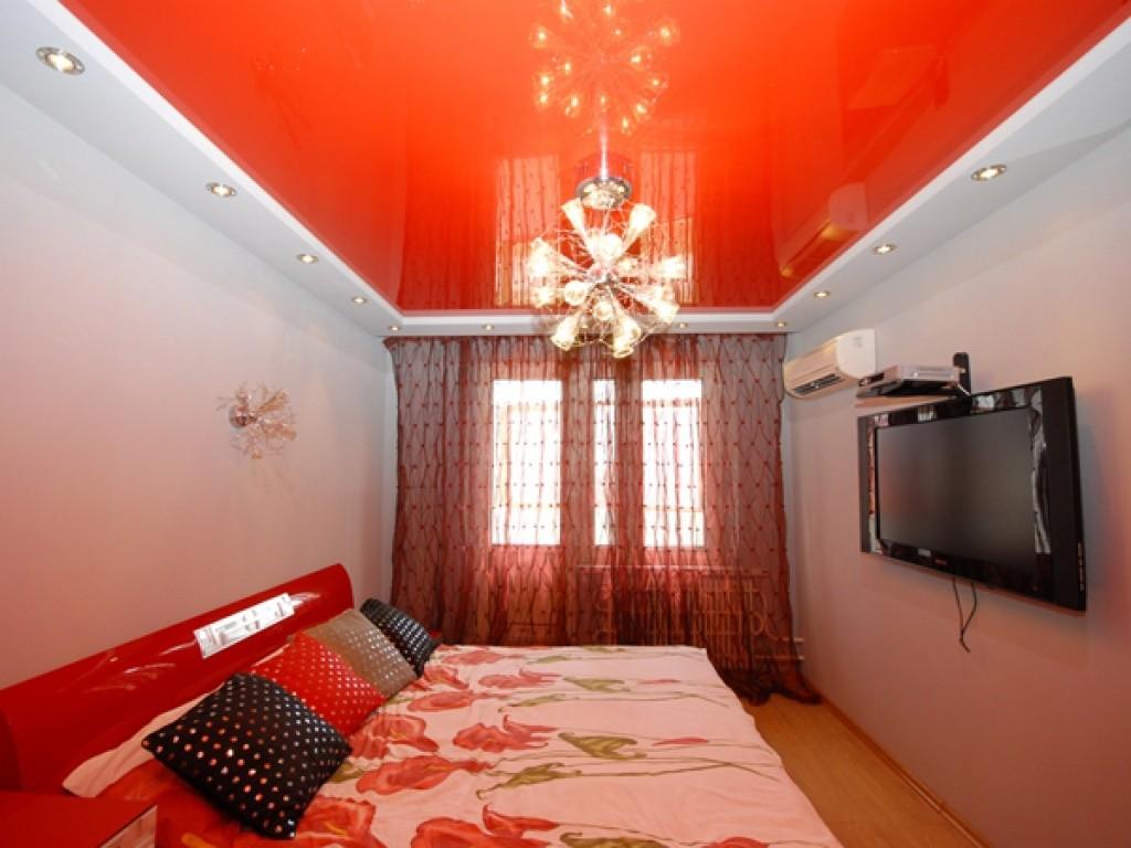 Светло красный натяжной потолок в интерьере жилой комнаты в квартире каталог глянцевые фактуры ПВХ